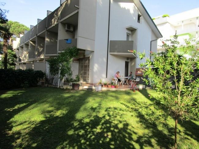 Lignano Pineta, Eckreihenhaus mit 230 m² Garten und 2 Parkplaetzen