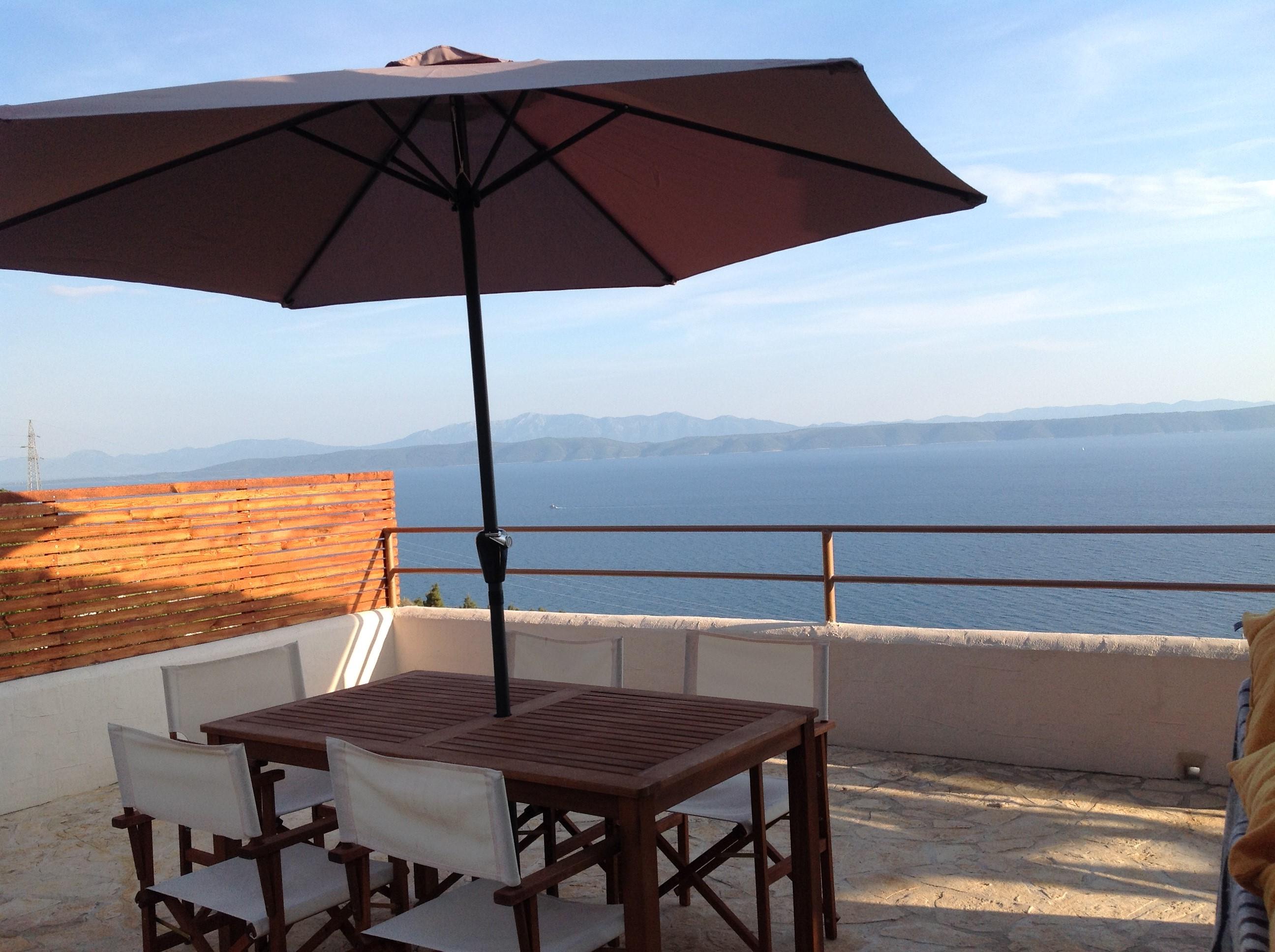 KROATIEN, Dalmatien an der Makarska Riviera. Altes Steinhaus renoviert mit Panoramablick zum Meer