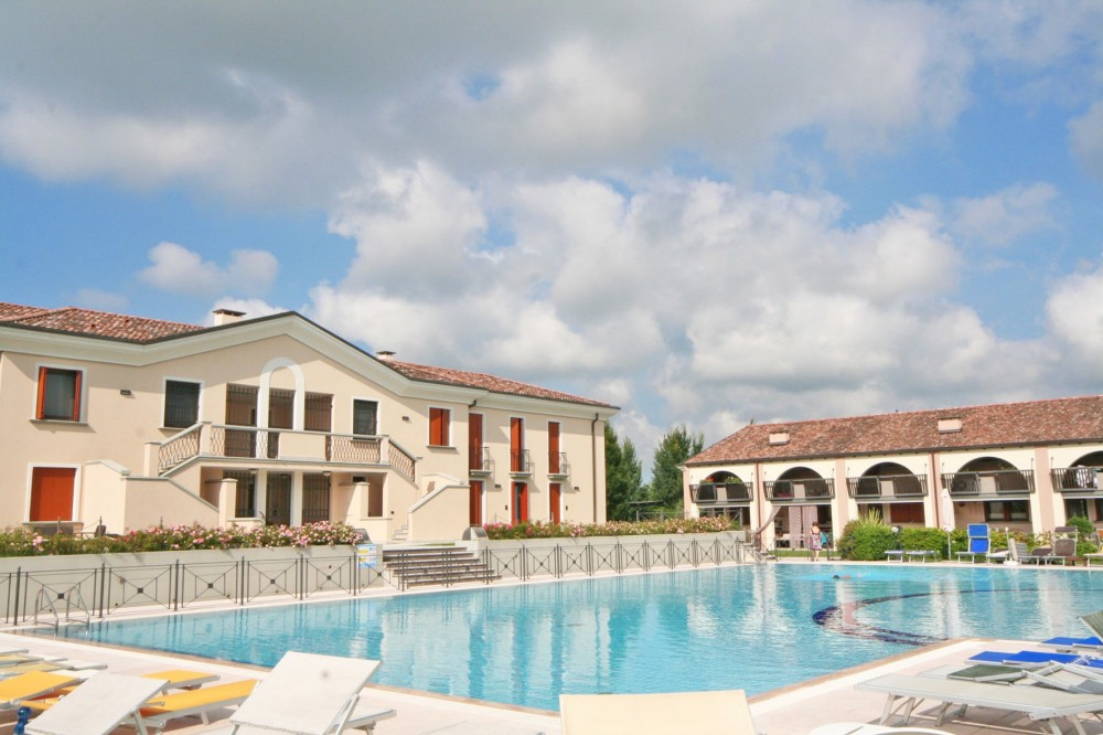 LIGNANO Riviera, Villa GIORGIA, REIHENHAUS mit Pool neben dem GOLFPLATZ, ca 4km zum Meer